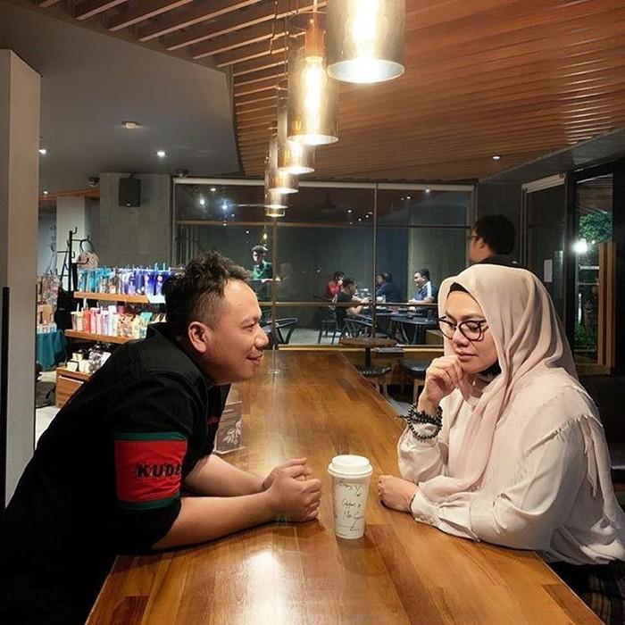 Begini momen manis saat Sarita membagikan fotonya tengah ngopi di salah satu kafe, ditemani dengan Vicky yang tengah menatapnya dengan senyuman bahagia. Foto: Instagram @queen_saritaabdulmukti