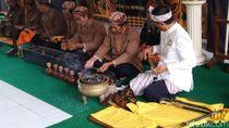 Foto: Tradisi Mandikan Benda Pusaka Kerajaan di Ciamis