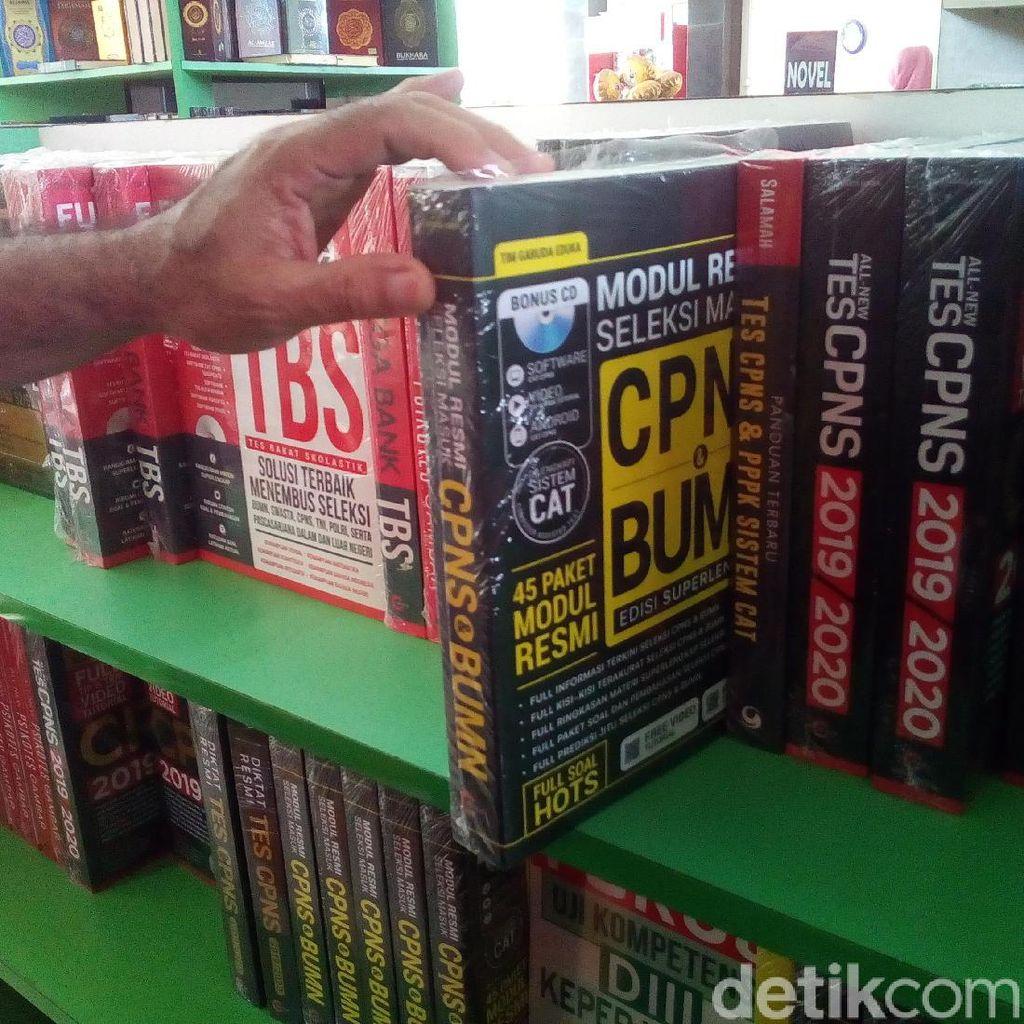 Buku Panduan Lolos CPNS Laris Manis Diburu Pembeli di Kudus