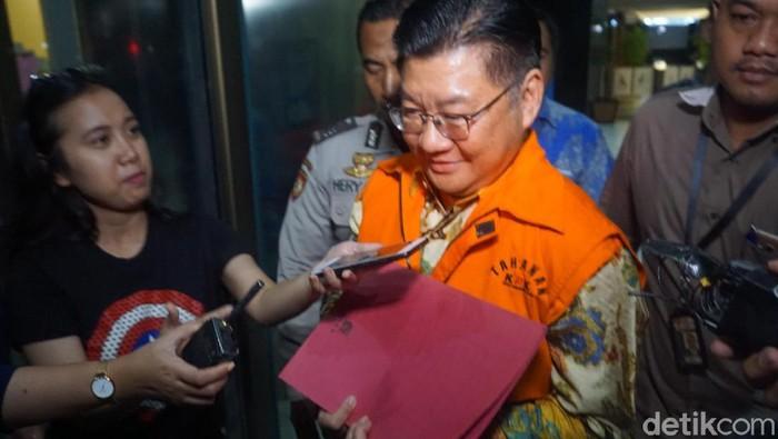 KPK menahan Komisaris PT WAE Darwin Maspolim tersangka kasus dugaan suap terkait pajak dealer mobil mewah. /Foto: Ibnu Hariyanto-detikcom