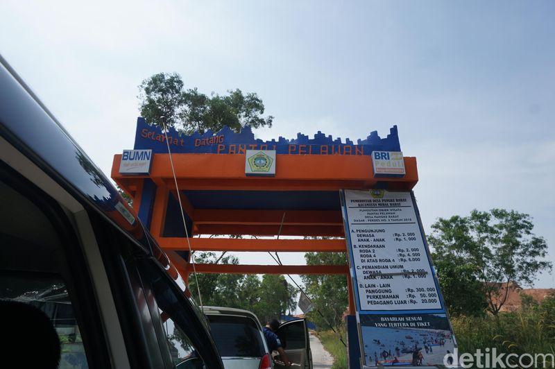 Gerbang masuk Pantai Pelawan. Pantai Pelawan terletak di Desa Pangke Barat, Kecamatan Meral, Kabupaten Karimun, Kepulauan Riau atau sekitar 30 menit dari pusat Kota Tanjung Balai Karimun (Foto: Ahmad Masaul Khoiri/detikcom)