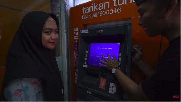 Ditjen Pajak Mulai Kejar Artis Pamer Saldo ATM, Ayu Dewi Bilang Apa?