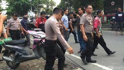 Petugas Amankan Barang dari Kereta Pelaku Bom Bunuh Diri
