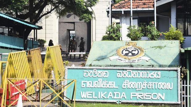 Petugas keamanan siaga di Penjara Welikada yang tengah dilanda aksi protes ratusan narapidana