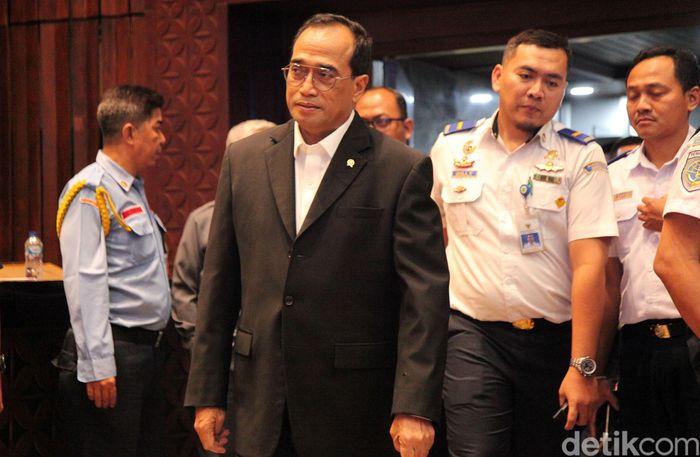Budi Karya Sumadi tiba di ruang rapat Komisi V, Kompleks Parlemen, Senayang, Jakarta, Rabu (13/11/2019).