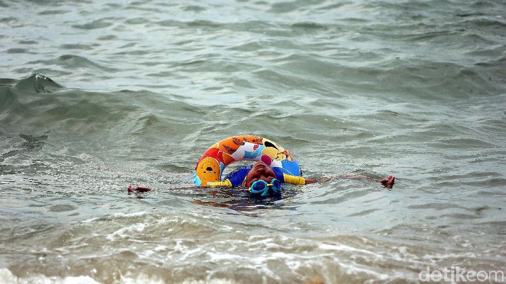Asyiknya Bermain Air di Pantai Ketam Karimun Besar