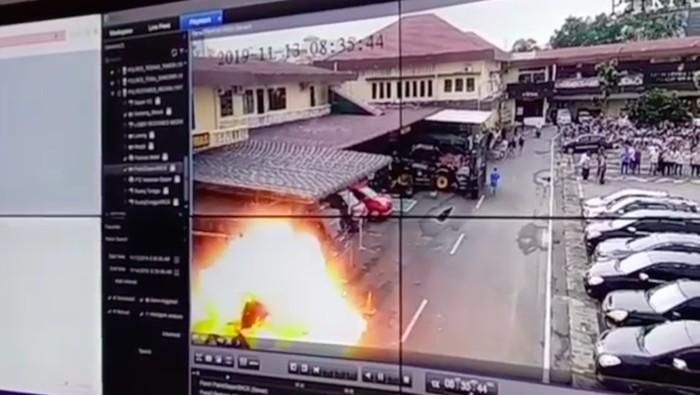 CCTV detik-detik ledakan bom bunuh diri di Polrestabes Medan, Rabu (13/11/2019). Foto: Istimewa