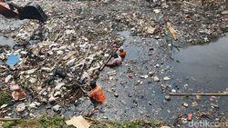 Pemkab Bekasi Bersih-bersih Kali Jambe, Ratusan Ton Sampah Diangkut