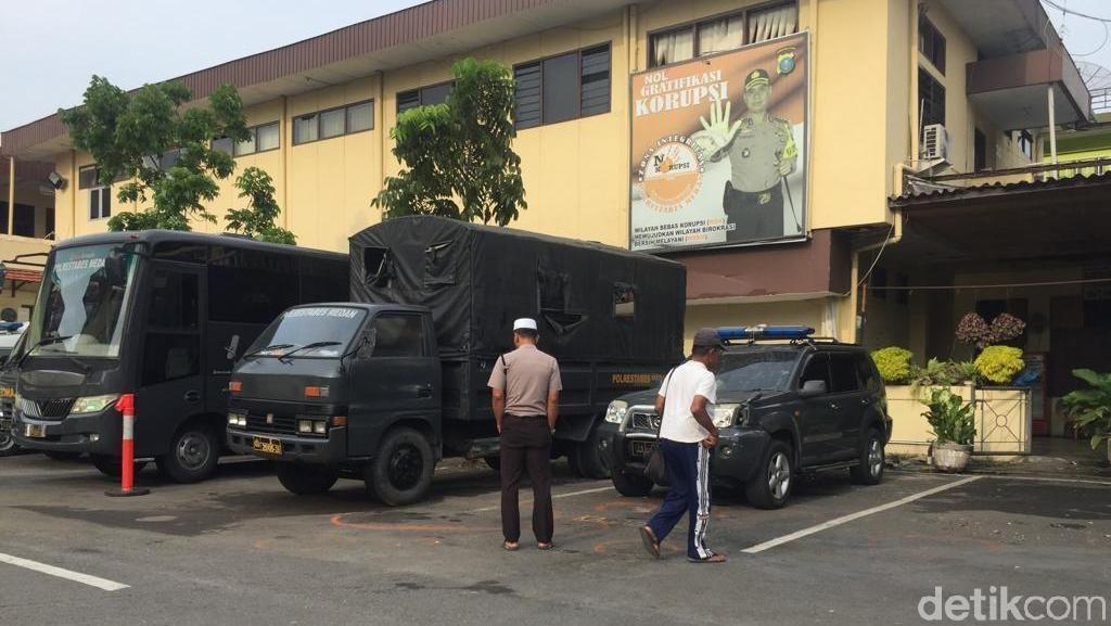 Polisi Geledah Rumah di Belawan Terkait Bom Bunuh Diri di Medan