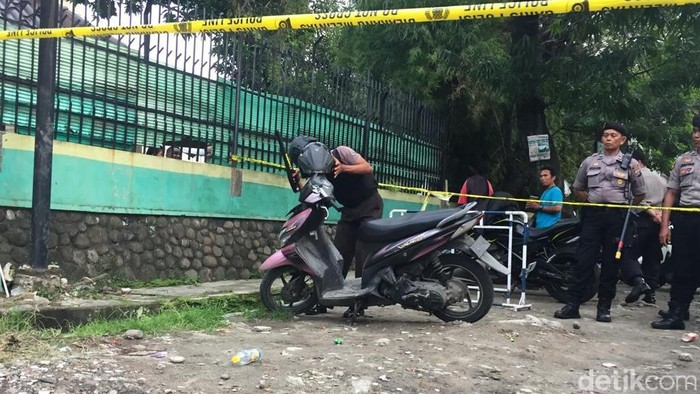 Polisi memeriksa motor pelaku bom bunuh diri di Mapolrestabes Medan. (Khairul Ikhwan/detikcom)