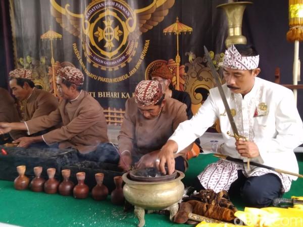 Jamasan Pusaka merupakan sebuah ritual membersihkan benda pusaka peninggalan jaman dulu dan dianggap memiliki nilai sejarah. (Dadang Hermansyah/detikcom)