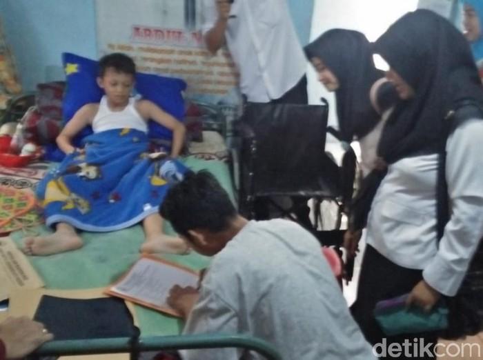 Abdul Mukti, korban luka terparah SDN ambruk masih dirawat (Foto: Muhajir Arifin-detikcom)