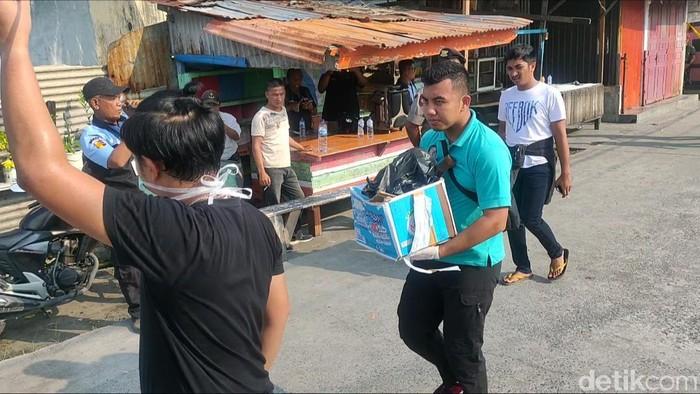 Polisi geledah rumah di Belawan terkait bom bunuh diri di Medan. (Budi/detikcom)