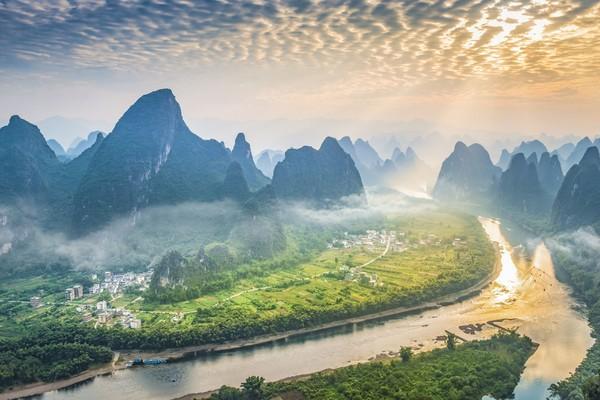 Sungai Li atau Li Jiang berada di Kota Guilin, Guangxi, China. Cantik bak negeri dongeng membuat banyak penyair China di masa lampu yang menjadikan Li River sebagai sumber inspirasi. (iStock)