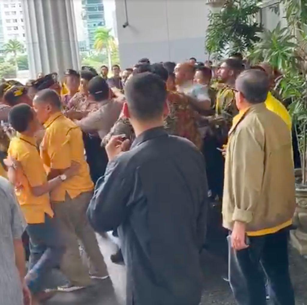 Video Sekelompok Orang Bersitegang Ingin Masuk Arena Rapimnas Golkar