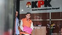 Jaksa Satriawan Sulaksono keluar gedung KPK usai menjalani pemeriksaan kasus yang sama dengan Eka Safitra.