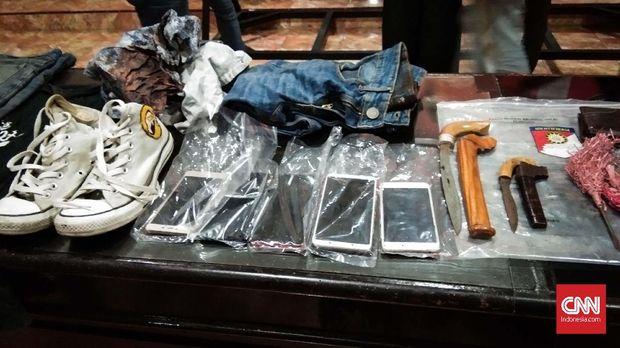 Sejumlah barang bukti yang disita polisi, termasuk ponsel yang berisi perencanaan penyerangan.