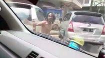 Viral! ODGJ Bantu Buka Jalan Ambulans di Bandung