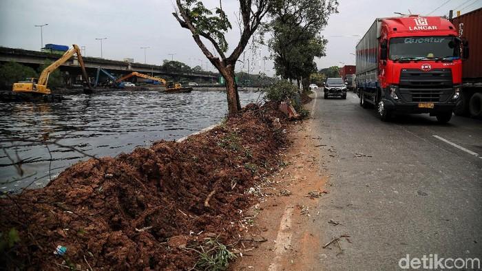 Suku Dinas Tata Air Jakarta melakukan normalisasi Kali Ancol untuk mengantisipasi banjir akibat luapan sungai.