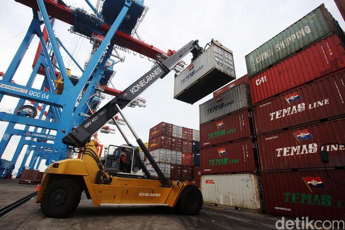 Suasana aktivitas bongkar muat peti kemas di Pelabuhan Tanjung Priok, IPC, Jakarta Utara, Kamis (14/11/2019).