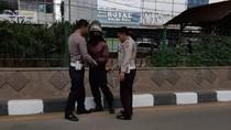 Remaja Berseragam Polisi Cegat Motor Lawan Arus Baru Sekali Beraksi