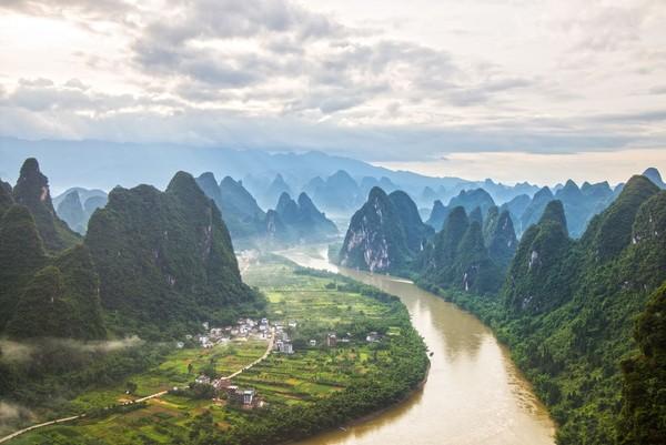 Sungai Li memiliki panjang 437 km. Sungai Li mengalir dari Pegunungan Maoer di Xingan ke arah selatan melalui Gulin, Yangshuo dan Pingle. (iStock)