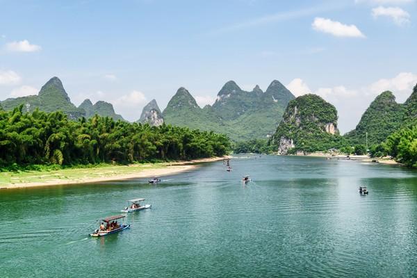 Ada beberapa tempat yang bisa dinikmati di Li Jiang. Sebut saja Reed flute cave, Elephant Trunk Hill, Seven Star Park, Linggu Canal, dan 20 Yuan Note. (iStock)