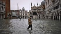 Aneka Potret Turis Kena Banjir di Venesia