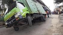 Truk Terperosok ke Galian Drainase di Cimahi Bikin Macet dan Hambat Kereta