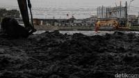 Pengangkatan lumpur dilakukan untuk mencegah sedimentasi.