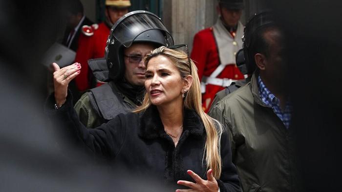 Sosok Jeanine Áñez jadi sorotan dunia. Wakil Ketua Senat dari kubu oposisi itu mendeklarasikan diri sebagai presiden sementara Bolivia. Berikut sosoknya.