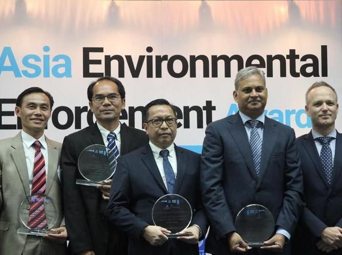 Dirjen Gakkum KLHK Rasio Rido Sani (tengah)  saat menerima penghargaan Asia Environmental Enforcement Awards 2019. (Foto: KLHK)