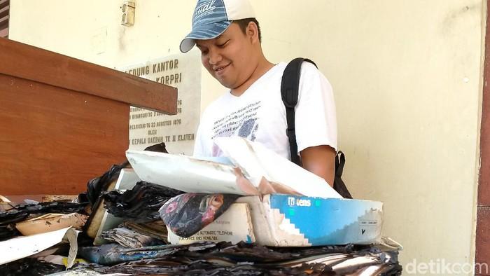 Anggota Sat Reskrim Polres Klaten memeriksa arsip terbakar di kantor Korpri Kabupaten Klaten. Foto: Achmad Syauqi/detikcom