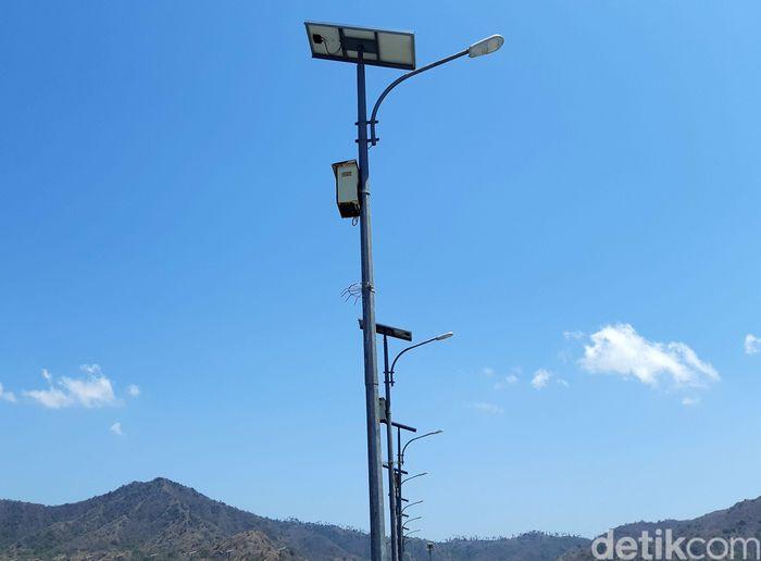 Pembangkit itu berupa tiang-tiang yang dilengkapi dengan panel surya yang terhubung lampu.