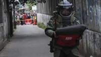 Seperti diketahui, sebuah tas mencurigakan ditemukan di Gang Anggrek, di samping SPBU Jalan Kartini, Kecamatan Pancoran Mas, Kota Depok pada pukul 14.30 WIB. Tas itu dilempar oleh pria bermotor.