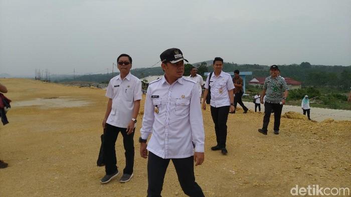 Foto: Wali Kota Bogor Bima Arya Sugiarto meninjau pembangunan TPST Nambo, Kabupaten Bogor. (Sachril-detikcom)