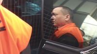 Jaksa Eka Safitra keluar dengan memakai rompi tahanan KPK.
