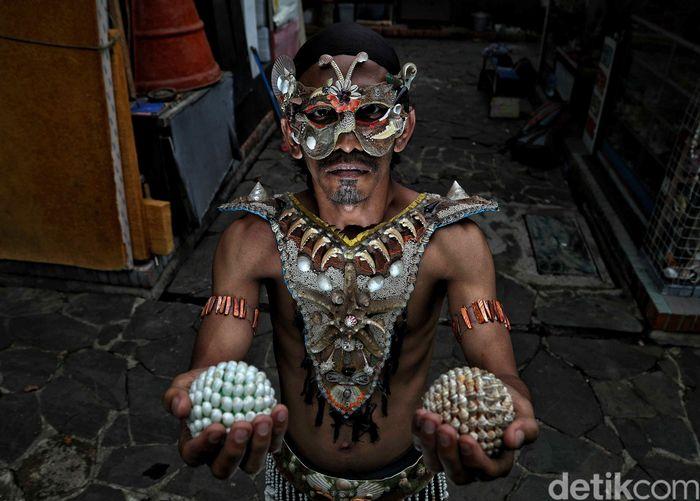 Sugiro menjadi seniman kerang sejak awal 2011. Dia menjadi seniman kerang di Pasar Seni Ancol.