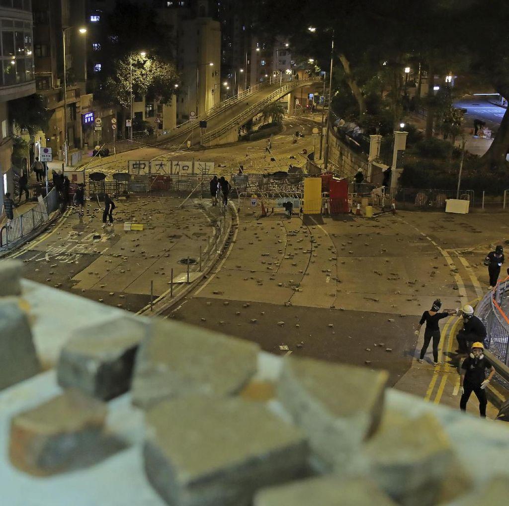 Kena Lemparan Batu Saat Bentrokan Hong Kong, Seorang Pria Lansia Kritis