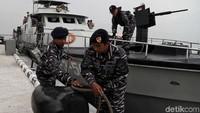 Sejumlah prajurit TNI AL tengah bersiap melepaskan tali penahan kapal agar KAL Kobra dapat berlayar.