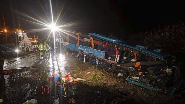 Situasi di lokasi tabrakan bus dan truk di Slovakia