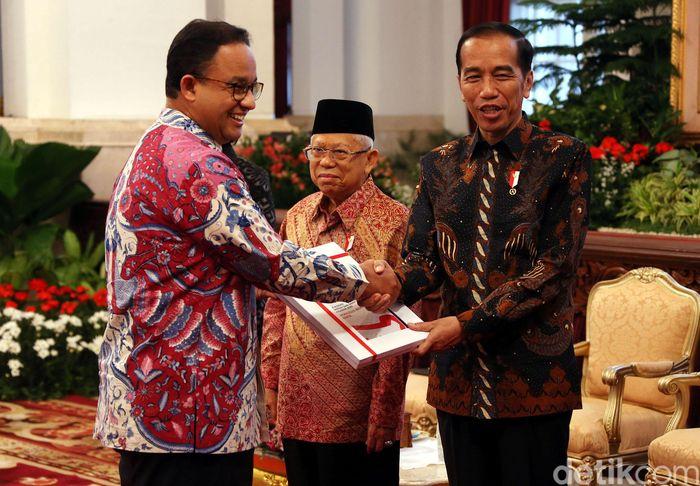 Presiden Joko Widodo (Jokowi) menyerahkan Daftar Isian Pelaksanaan Anggaran (DIPA) tahun 2020 kepada sejumlah menteri dan pejabat daerah.