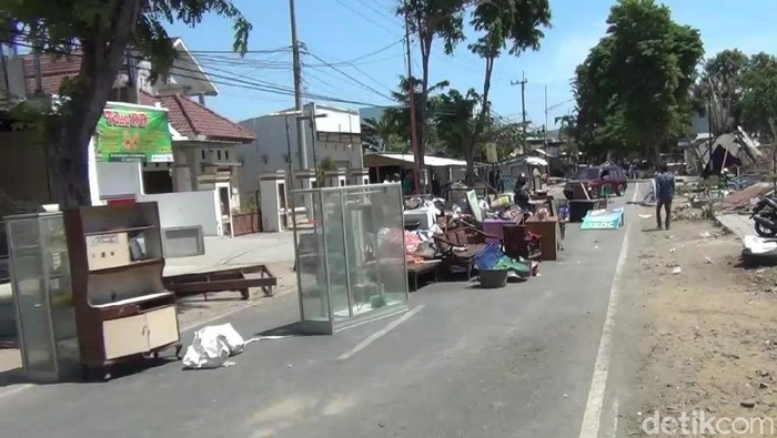 Korban eksekusi lahan di Banyuwangi tutup akses jalan dengan perabotan (Foto: Ardian Fanani-detikcom)