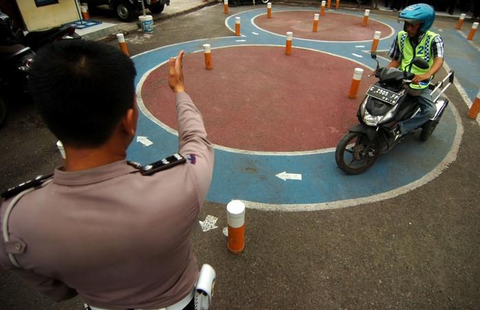 Penyandang disabilitas mengendarai sepeda motor yang telah dimodifikasi saat ujian pembuatan Surat Izin Mengemudi (SIM) D di Polres Tegal, Jawa Tengah, Kamis (14/11/2019). Pembuatan SIM D yang diikuti 15 difabel itu untuk mendorong kalangan penyandang disabilitas ikut menjaga ketertiban berlalu lintas di jalan raya. ANTARA FOTO/Oky Lukmansyah/pd.