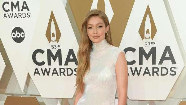 Wow, Gigi Hadid Hampir Cium Wanita Ini di Red Carpet