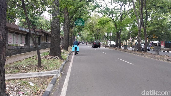 Dikabarkan, aksi pelemparan terjadi di ruas jalan ini (Foto: Dony Indra Ramadhan/detikHealth)