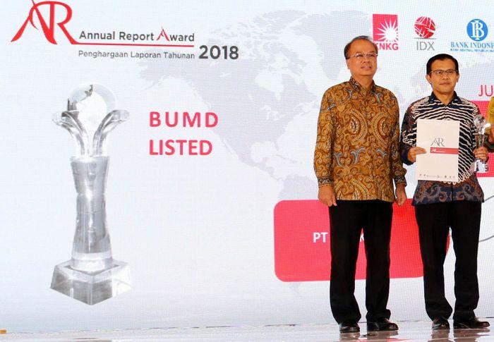 Penghargaan ini merupakan apresiasi terhadap penerapan keterbukaan informasi yang diterapkan oleh Bank DKI melalui Laporan Tahunan 2018. Foto: dok. Bank DKI