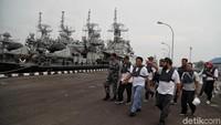 Para warga sipil dan pasukan TNI AL berkumpul di kawasan Pondok Dayung, Jakarta Utara, untuk bersiap menjajal KAL Kobra.