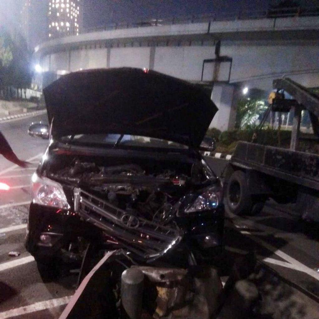 Mobil Pelat Merah Tabrak Pembatas Jalan di Tomang, Bodi Ringsek