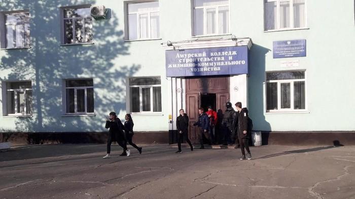 Para mahasiswa di kampus Rusia dievakuasi setelah penembakan terjadi (Vera Kulikova via AP)